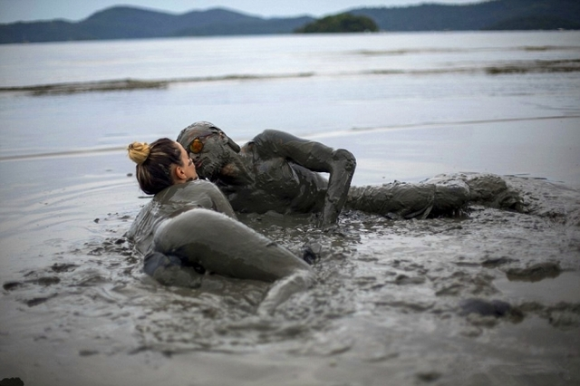 巴西狂歡節,少男少女用泥漿釋放激情!(2)