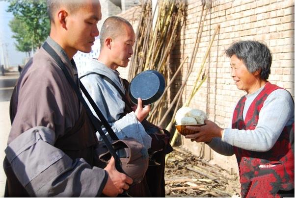 實拍中國真正的苦行僧:沒有功德箱,每日只乞討一餐(2)