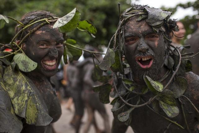 巴西狂歡節,少男少女用泥漿釋放激情!(3)