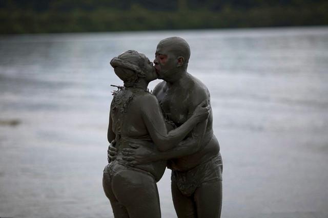 巴西狂歡節,少男少女用泥漿釋放激情!(1)