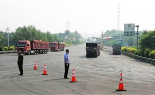 交警大队在207国道张庄高速路口 开展中重型货运车分流管控工作
