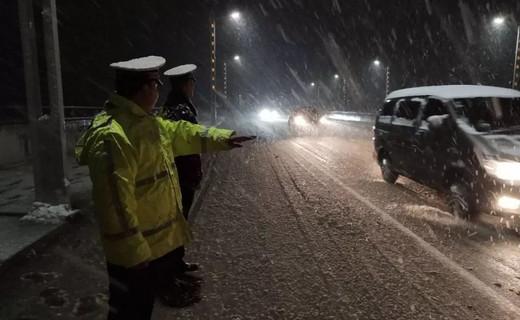 【赞砀山交警】雪夜里的坚守 · 雪警 雪天出行提示