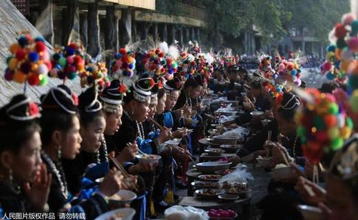 贵州榕江:古榕树下千人长街宴