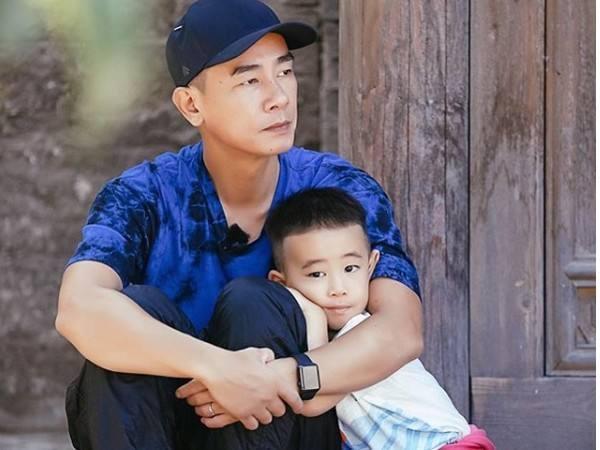52岁陈小春又当爸爸了!演唱会官宣二胎,与妻儿互动甜蜜温馨