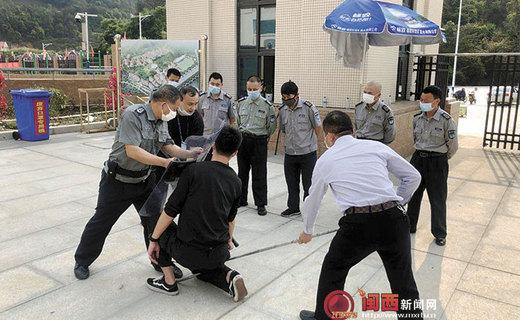 龙岩市:防暴恐技能专家深入学校开展保安员安防技能培训